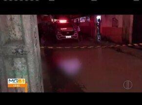 Homem de 27 anos é morto a tiros na porta de casa, em Governador Valadares - PM acredita que o crime esteja relacionado com o tráfico de drogas.Perícia constatou seis perfurações no corpo de Wesley Junio Ferreira.