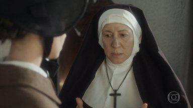 Madre repreende Cecília por provocar o surto de Amália - Cecília tenta saber mais informações sobre a amiga e tenta convencer a madre a permitir que Amália saia de vez em quando