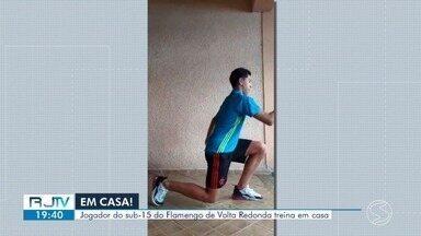 Jovem do sub-15 do Flamengo treina em casa em Volta Redonda - Iago, de 14 anos, segue treinando durante o isolamento social para se manter em forma.