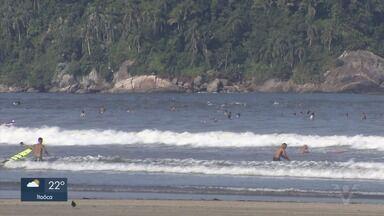 Taxa de isolamento social cai e população vai às praias - Neste sábado (25) praias ficaram cheias, mesmo com o pedido de autoridades para manter isolamento social.