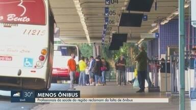 Profissionais da saúde reclamam da falta de ônibus na região de Ribeirão Preto, SP - Redução da frota tem intuito de evitar aglomeração e que pessoas utilizem o transporte apenas se necessário.