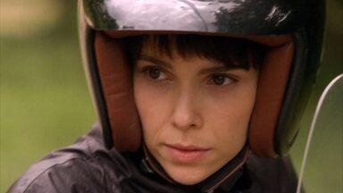 Nina consegue uma pista sobre o cativeiro e chega ao local - Ela chega sozinha de moto no local remoto