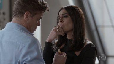 Carolina fica incomodada com a proximidade de Arthur e Eliza - Hugo chega no concurso distribuindo salgados para todos e leva fora da diretora da Totalmente Demais