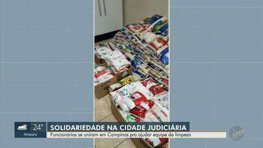 Funcionários da Cidade Judiciária de Campinas arrecadam alimentos para equipe de limpeza - A equipe é terceirizada e teve os salários reduzidos, para ajudá-la, os funcionários se mobilizaram pelas redes sociais para montar cestas básicas.