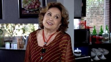 Íris deixa Tereza Cristina desconfortável ao falar sobre seus pais - A madame não consegue disfarçar o nervosismo quando sua tia comenta sobre o seu passado na presença do marido