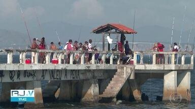 Ilha do Governador é quarto bairro com maior índice de mortes por Covid-19 no Rio - Apesar dos riscos, muitos moradores desrespeitam o isolamento social. É comum ver pessoas sem máscaras nas ruas e sem a distância recomendada pelas autoridades de saúde.