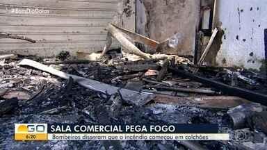 Sala comercial pega fogo em Goiânia - Bombeiros apuram se incêndio começou em colchões de entulho na região.