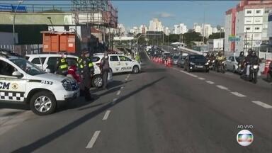 Coronavírus: avenidas de SP amanhecem com bloqueios para diminuir circulação de pessoas - Algumas das avenidas mais importantes de São Paulo já estão com pontos de bloqueio e as máscaras são obrigatórias no transporte público.