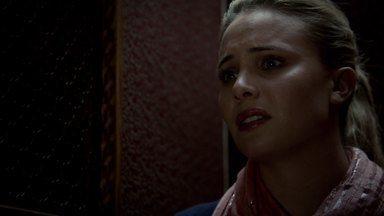 O Fruto da Árvore Envenenada - Quando Klaus descobre que a vida de Hayley está em perigo, ele se esforça ao máximo para protegê-la. Cami pede ajuda ao padre Kieran para lidar com os trágicos eventos do passado.