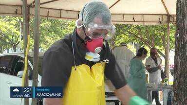 Resíduos dos testes de coronavírus são incinerados - O SLU recolhe, em média, 216 quilos de resíduos por dia. Esse lixo hospitalar vai para uma usina de incineração em Santo Antônio do Descoberto, no Entorno.