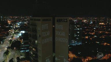 Mensagens de esperança e conscientização são projetadas em prédios públicos, em Piracicaba - Empresas de uniram para mandar recado à população sobre a pandemia de Covid-19.