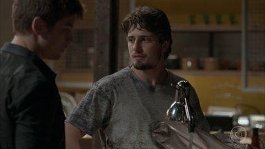 Rafael não entende por que o bandido roubou a foto de Sofia - Zé Pedro se preocupa com a segurança de sua família