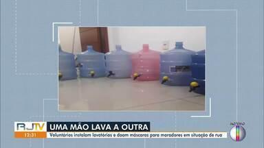 Voluntários de Campos, RJ, instalam lavatórios para moradores de ruas se higienizarem - Ação do projeto 'Costurando Vidas' começou há uma semana no município.