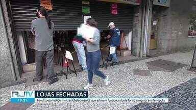 Ação fiscaliza estabelecimentos do Centro Histórico de Petrópolis, no RJ - Trinta estabelecimentos de diferentes segmentos foram fechados e seis lojas autuadas por aglomeração de consumidores dentro e fora dos comércios.