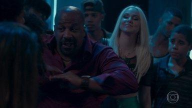 Florisval fica irado ao ver Jeniffer cantando no baile funk - Rosângela e Jonatas decidem ir até o baile e dão de cara com Maristela e Florisval