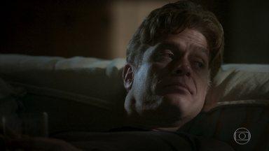 Arthur reflete sobre seu relacionamento com Carolina - A editora expressa o ciúme que sente dele com Eliza mas tenta disfarçar