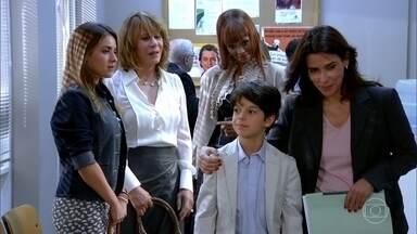 Pedro é chamado para conversar com o juíz - O menino pede a companhia de Bia