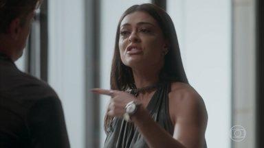 Arthur diz que é impossível que Carolina esteja grávida dele - A jornalista se ofende com a afirmação do amado e o expulsa de seu escritório