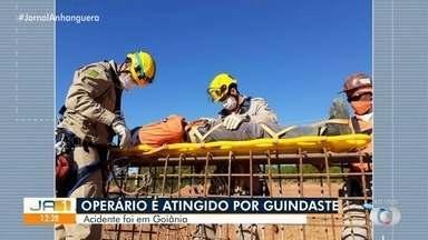 Operário é atingido por guindaste enquanto trabalhava em construção civil, em Goiânia - Segundo os bombeiros, o homem sofreu fratura nos ombros e foi encaminhado para o Hugol.