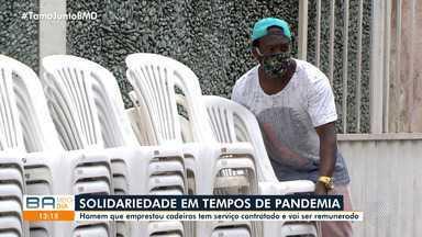 Homem que emprestou cadeiras para pessoas é contratado pela Guarda Civil Municipal - Ele foi incluído na operação de ordenamento das filas da Caixa Econômica Federal, em Salvador.