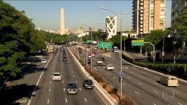 No 1º dia de rodízio mais rigoroso em SP, transporte público tem 11% a mais de passageiros - O rodízio de carros virou arma contra o coronavírus. Avenidas ficaram mais vazias que na semana passada, e os índices de lentidão caíram bastante.