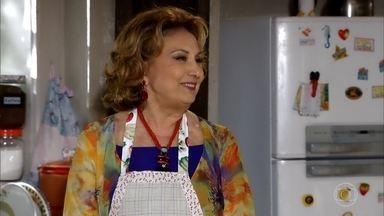 Com a ajuda de Pereirinha, Íris é contratada - Pereirinha faz acordo com a senhora e ela passa no teste. Griselda, Vilma e Celeste se espantam ao ver que Íris conseguiu cumprir todas as tarefas