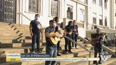 Santa Casa de Santos faz homenagem aos profissionais no Dia do Enfermeiro - Músicos cantaram nas escadarias do hospital, em Santos.