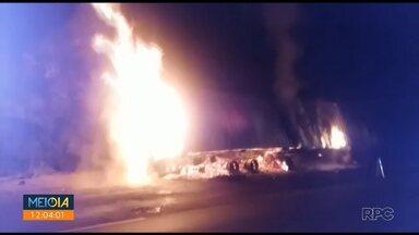 Acidentes causam duas mortes na região dos Campos Gerais - Um dos casos envolveu cinco veículos e um caminhão pegou fogo