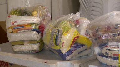 Moradores de comunidades estão sendo atendidos por projetos sociais em Vitória - Associações de moradores e até escolas de samba distribuem cestas básicas.