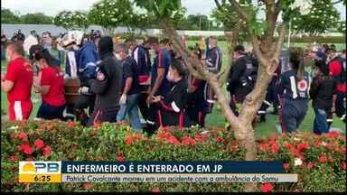 Corpo de enfermeiro que morreu em acidente com ambulância é enterrado, em João Pessoa - Cerimônia aconteceu no cemitério Parque das Acácias e reuniu familiares, amigos e profissionais da saúde.