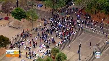 Feira do rolo gera aglomerações na Praça da Sé, no centro de São Paulo - Apesar da quarentena e da determinação de distanciamento social, muitas pessoas estavam no mesmo lugar.