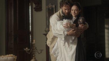 Thomas pergunta com quem Vitória se parece e deixa Anna apreensiva - Anna se recusa a contratar uma ama de leite para amamentar a filha, mas aceita ajuda de uma ama seca