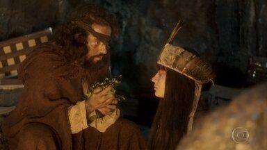 Tibiriça dá falta das ervas que Jacira pegou - Jacira entrega a Ferdinando as folhas que pegou na oca do pajé, mas o botânico não aceita