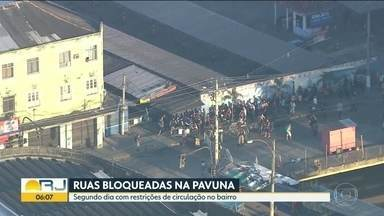 Bloqueios na Pavuna não impedem aglomerações - Guarda Municipal tenta triagem para entrada no bairro