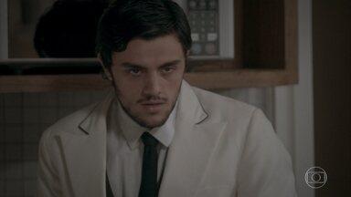 Jonatas fica completamente desorientado após a sabotagem de Cassandra - O rapaz diz ao chefe que está se sentindo mal, mas tenta seguir trabalhando