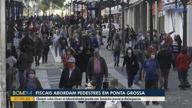 Imagens mostram que é grande o número de pessoas circulando nas ruas de Ponta Grossa - Agora fiscais vão poder abordar os pedestres e eles terão que passar informações pessoais para controle de quem está na rua.