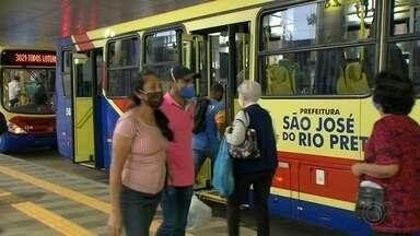 Moradores de Rio Preto reclamam da lotação dos ônibus - A prefeitura de Rio Preto (SP) calcula aumento em 61% em relação às primeiras semanas do isolamento social. Além disso, o nível de ocupação está sendo monitorado e mais ônibus serão colocados para rodar na próxima semana de acordo com a variação no número de passageiros.