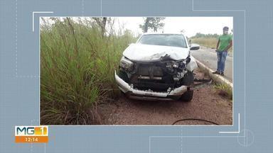 Policial militar fica ferido em acidente na MG-259, em Inimutaba - Carro do militar rodou na pista e bateu de frente com um caminhão após ser atingido na traseira por uma caminhonete. Acidente foi na manhã desta sexta (15).