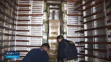 Receita Federal apreende três caminhões com mercadorias ilegais em Foz do Iguaçu - Caminhões tinham fundos falsos.
