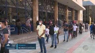 Agência dos Correios em Campinas tem longa fila e funcionário sem máscara - Com o aumento das compras pela internet, devido à pandemia do novo coronavírus, muitas pessoas vão presencialmente buscar os produtos e acabam se aglomerando. Flagrante ocorreu em agência do Centro.