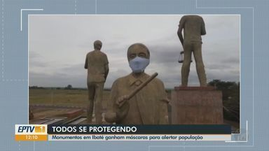 """Monumentos em Ibaté ganham máscaras para alertar população sobre o coronavírus - Os itens foram produzidos pela equipe do Centro Comunitário """"João Baptista Lopes"""" e não custaram nada ao município."""