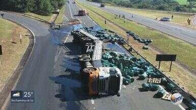 Carreta com óleo de laranja tomba e interdita a Rodovia Washington Luís em Matão - Ninguém se feriu no acidente na manhã deste sábado (16). Local permanece interditado.