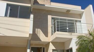 Imobiliárias de Bauru registram queda nos negócios com a pandemia - Por causa do isolamento social, ficou mais difícil para quem compra ou aluga imóvel fazer a visita no local porque muitos condomínios proíbem a entrada de pessoas. Por isso, as imobiliárias de Bauru já registram uma queda de 70% nos negócios.