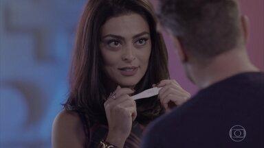 Carolina mostra o teste de gravidez para Arthur - Lorena e Carolina se tratam com falsidade. Arthur fica perplexo quando Carolina diz que ele será pai