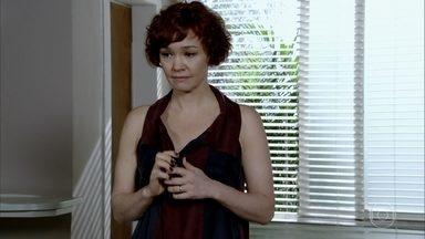 Esther espera por Paulo na clínica - Paulo diz a René que não consegue sair para buscar a mulher