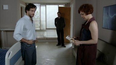 Paulo tenta se justificar para Esther - Esther diz estar bem e Guaracy leva a estilista para casa