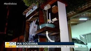 Morador instala pia na rua para que pedestres possam higienizar as mãos, Goiânia - Ele aproveitou materiais que não usava mais em casa.