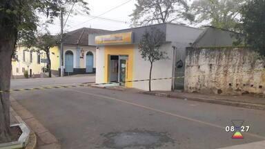 Criminosos explodem agência bancária em Monteiro Lobato, SP - Rodovia SP-50, que dá acesso à cidade, foi interditada após criminosos incendiarem carros na fuga.