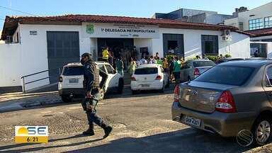 Doze pessoas são detidas e um veículo é apreendido durante carreata em Aracaju - Segundo SSP, evento contraria orientação de decreto estadual que orienta distanciamento social como medida de combate ao avanço no novo coronavírus.