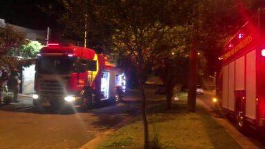 Incêndio atinge casa na Zona Sul de Londrina - Bombeiros foram chamados para controlar o incêndio que começou em um dos quartos da residência.Ninguém se feriu.